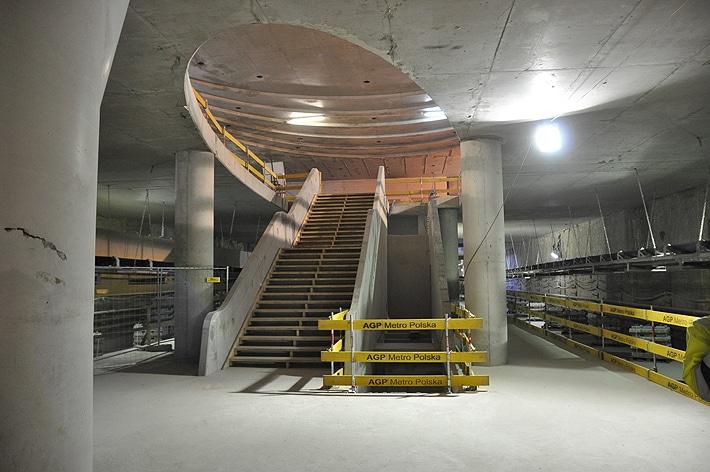 Eliptyczny strop stacji metra Rondo ONZ