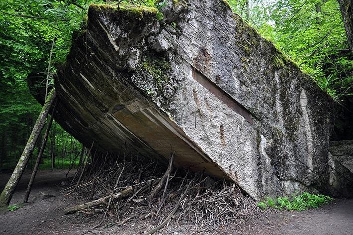 Zawalony strop bunkra w Wilczym Szańcu