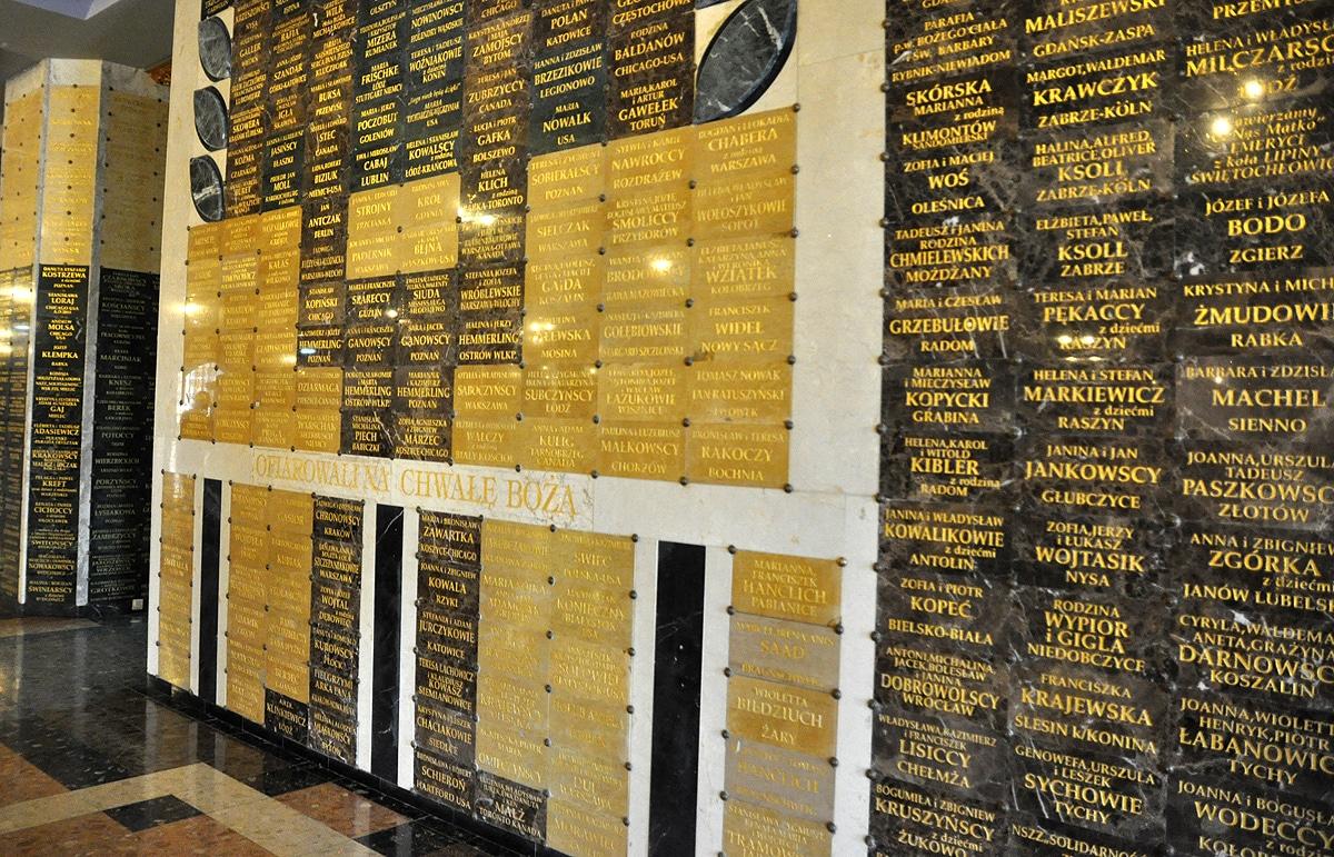 tabliczki darczyńców w Licheniu