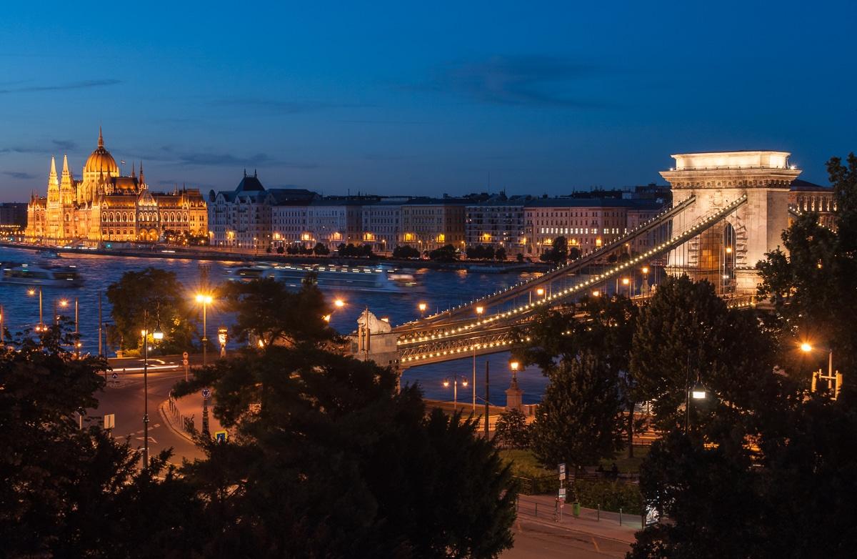 Most Łańcuchowy i budynek parlementu