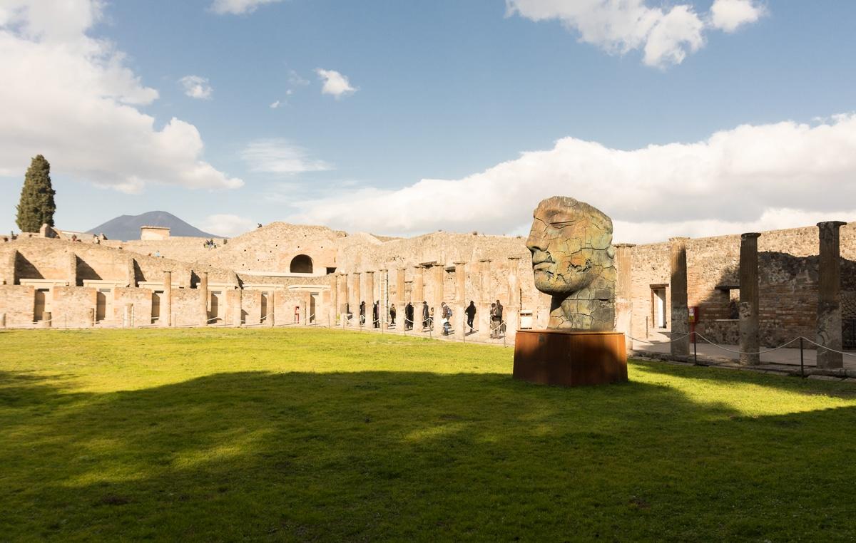 Rzeźby Mitoraja w Pompejach