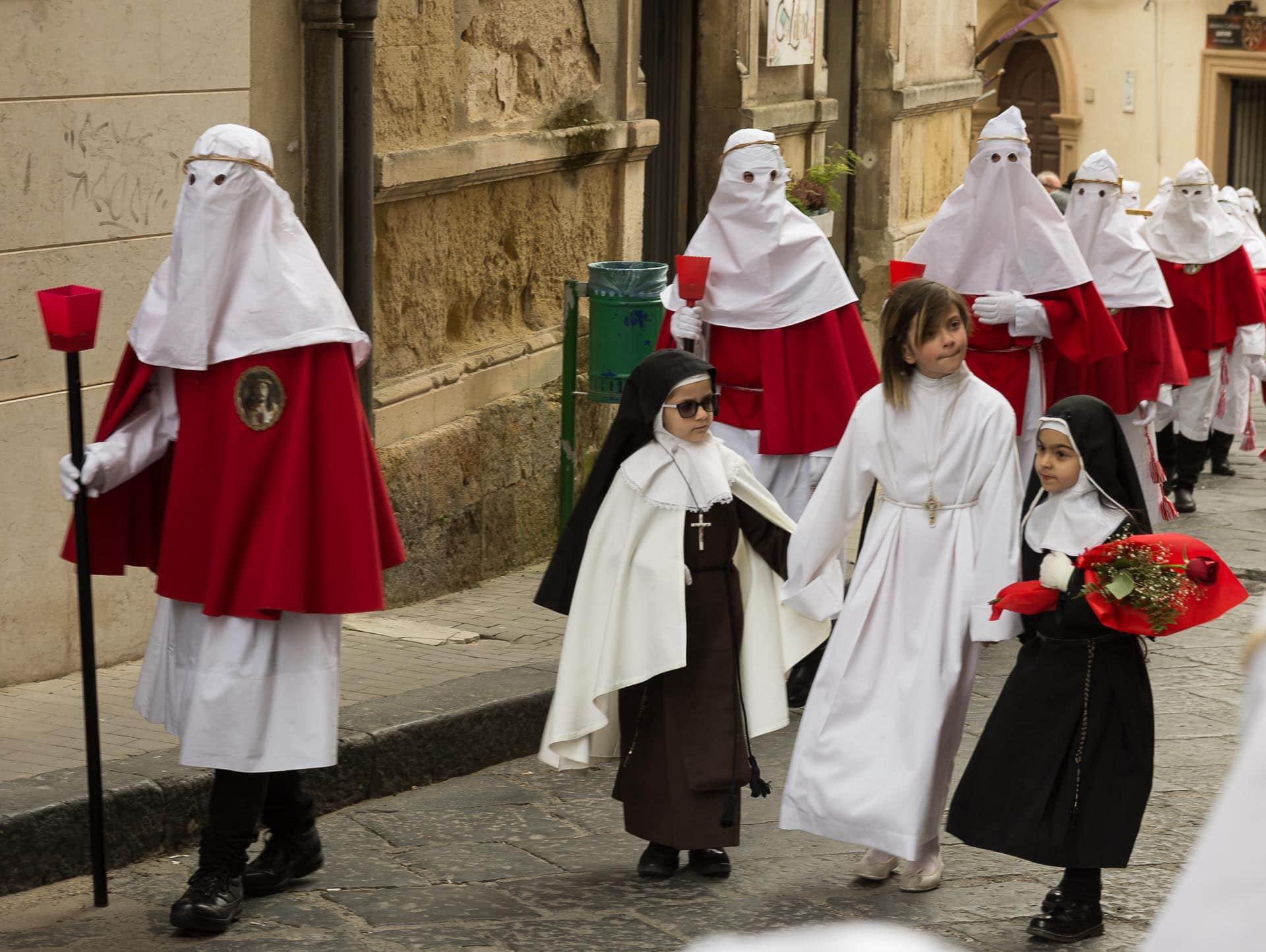 Enna na Sycylii - procesja bractw w Wielki Piątek
