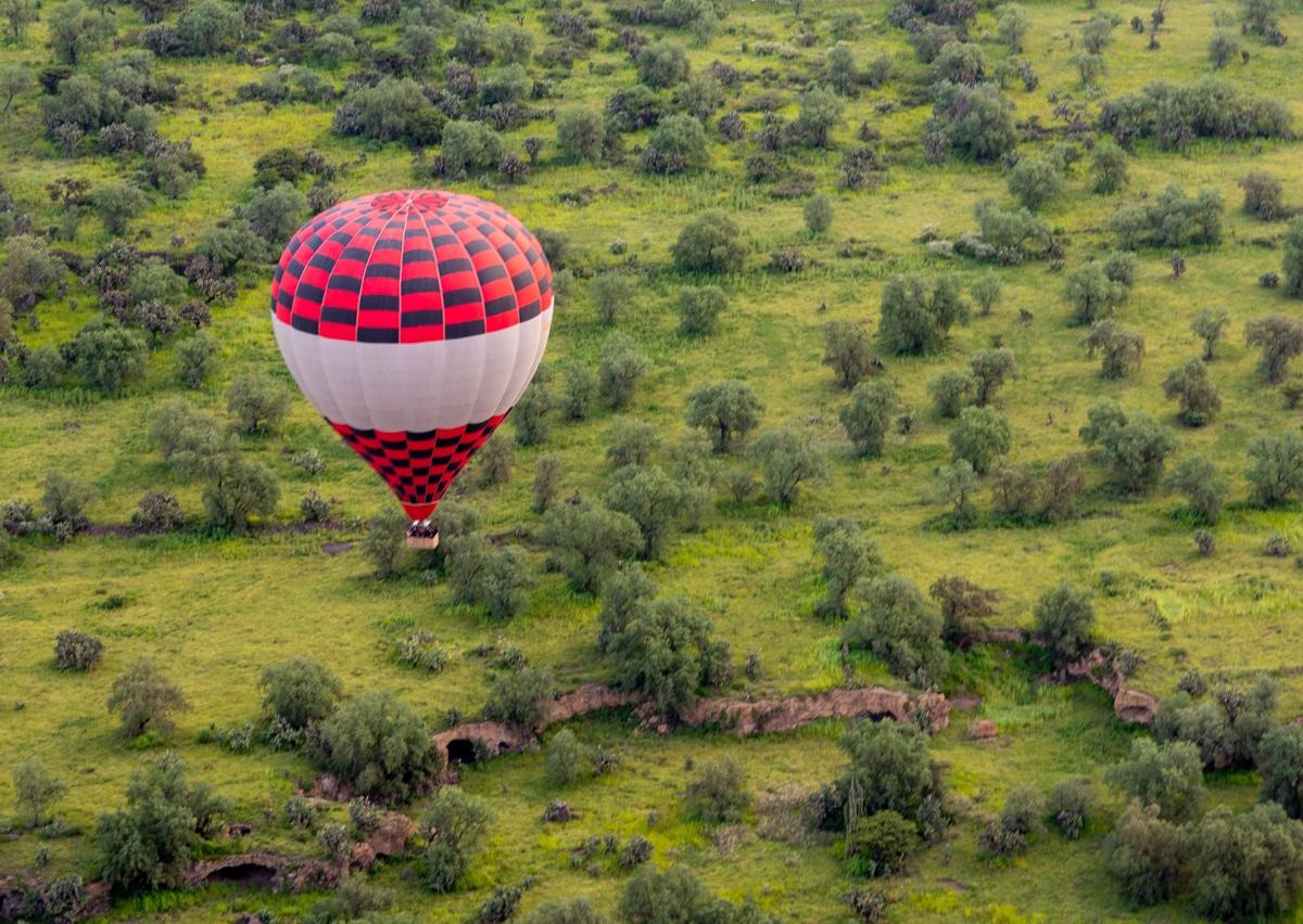 Lot balonem nad ruinami