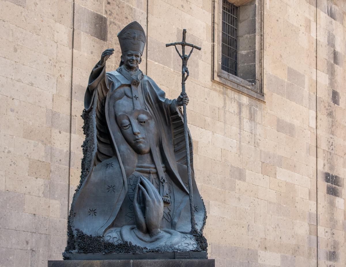 Pomnik Jana Pawła II przed katedrą w Meksyku